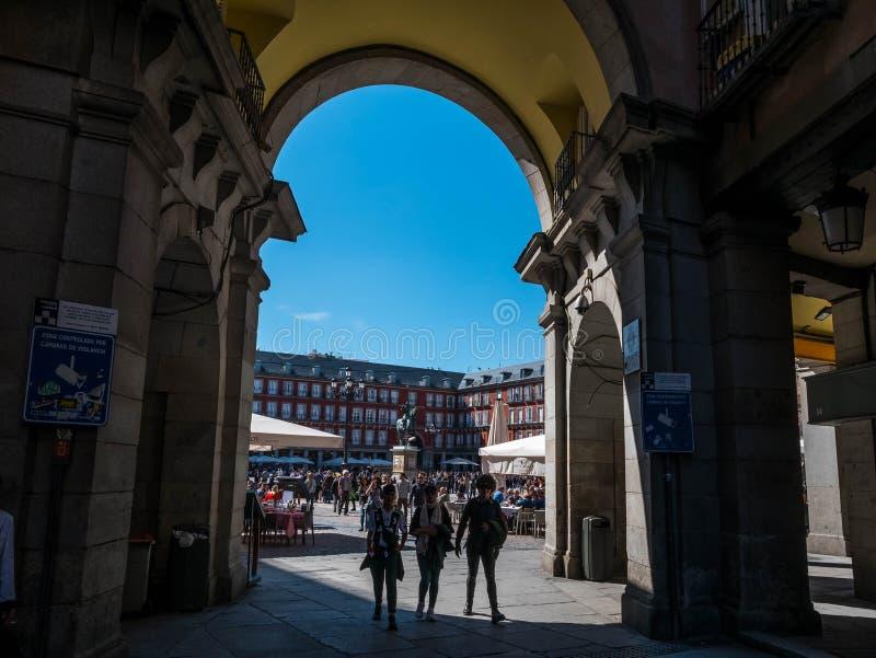 MADRID SPANIEN - ARRIL 12, 2019: Felipe III staty och Casa de la Panaderia på Plazaborgmästare i Madrid - en central fyrkant i st arkivbild