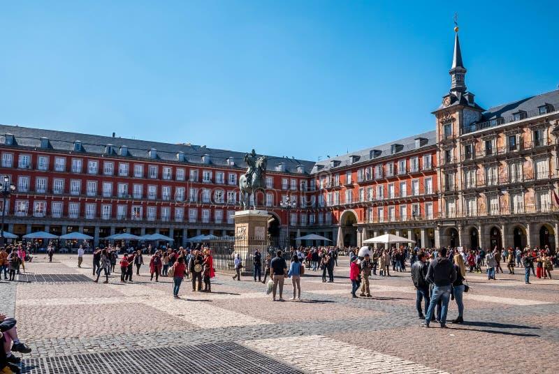 MADRID SPANIEN - ARRIL 12, 2019: Felipe III staty och Casa de la Panaderia på Plazaborgmästare i Madrid - en central fyrkant i st arkivfoto
