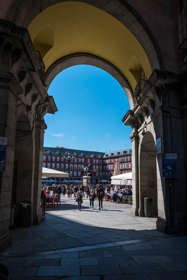 MADRID SPANIEN - ARRIL 12, 2019: Felipe III staty och Casa de la Panaderia på Plazaborgmästare i Madrid - en central fyrkant i st arkivfoton