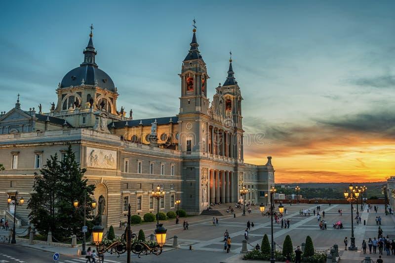 Madrid Spanien: domkyrkan av St Mary Ryoalen av La Almudena royaltyfri foto