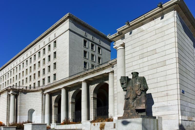 MADRID SPANIEN - JANUARI 21, 2018: Byggnad och monument framme av departementet av anställning och socialförsäkring i stad av Mad royaltyfri foto