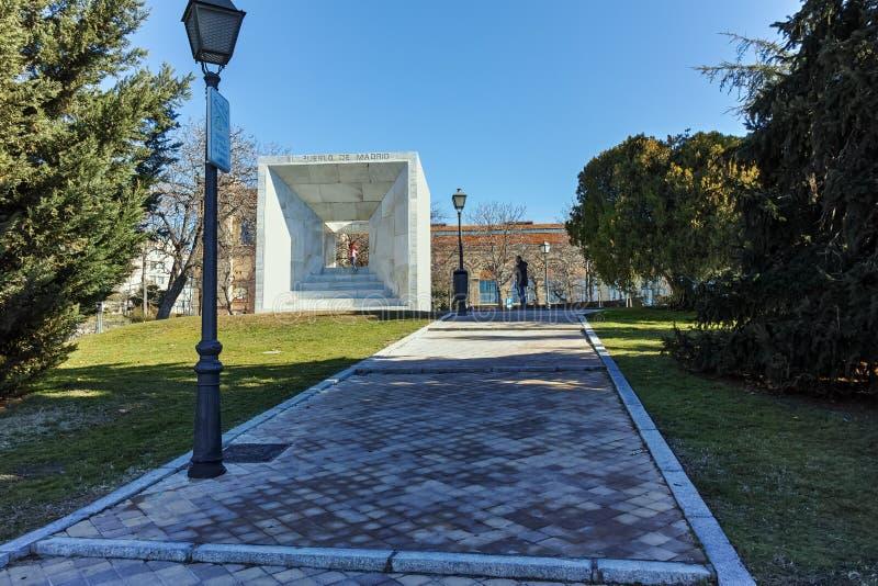 MADRID SPANIEN - JANUARI 21, 2018: Monument av folket av Madrid på den Paseo de la Castellana gatan i stad av Madrid royaltyfri foto