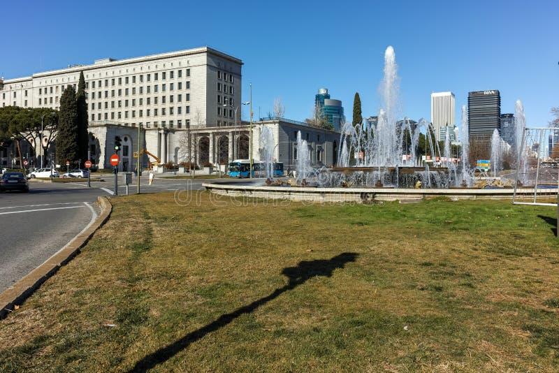 MADRID SPANIEN - JANUARI 21, 2018: Plaza San Juan de la cruz på den Paseo de la Castellana gatan i stad av Madrid arkivbild