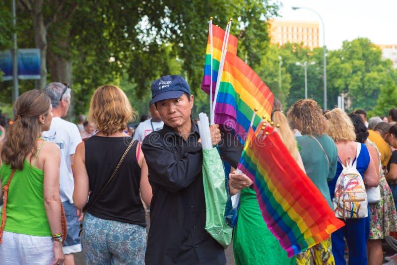 Madrid, Spanien - 7. Juli 2019 - Gay Pride, homosexuelle Parade-Mann Orgullo, der Flaggen verkauft lizenzfreies stockfoto