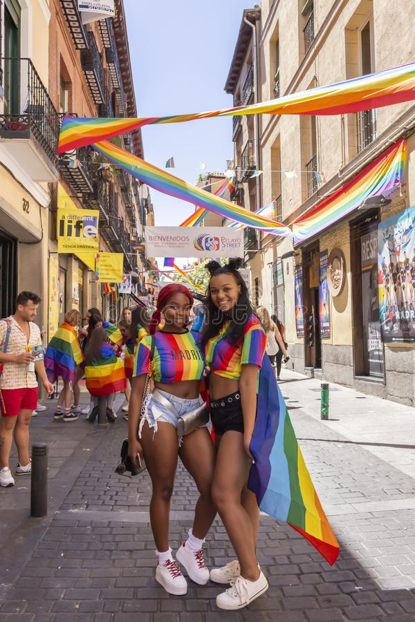 Madrid Spanien; Juli 06, 2019: Unga kvinnor under berömmarna av dagen för glad stolthet arkivbild