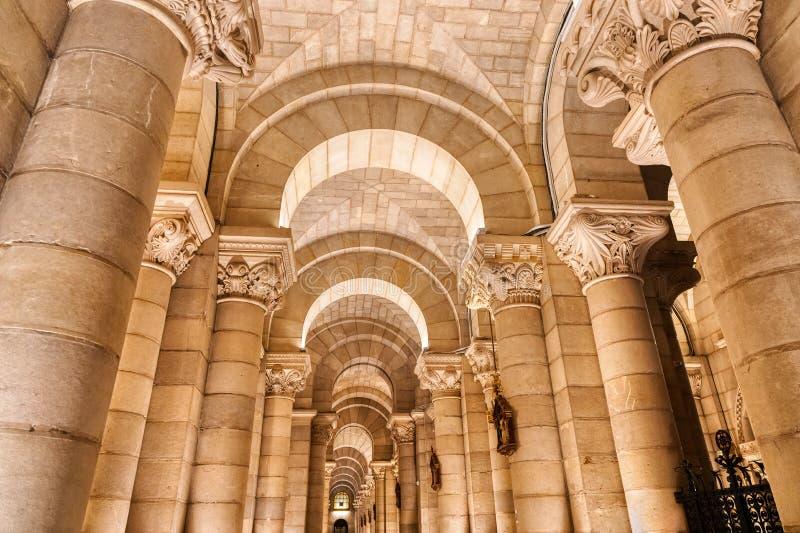 MADRID, SPANIEN - MÄRZ 23,2019: Abstrakte Weitwinkelansicht der Decke, der Bögen und der Spalten eines alten Kirchen-Innenraums stockfotografie