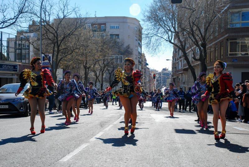 Madrid, Spanien, am 2. März 2019: Karnevalsparade, bolivianische Gruppentänzer mit der traditionellen Kostümausführung stockfoto
