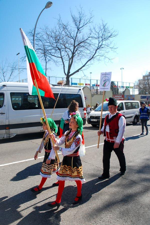 Madrid, Spanien, am 2. März 2019: Karnevalsparade, bulgarische Gruppentänzer mit der traditionellen Kostümausführung lizenzfreie stockbilder