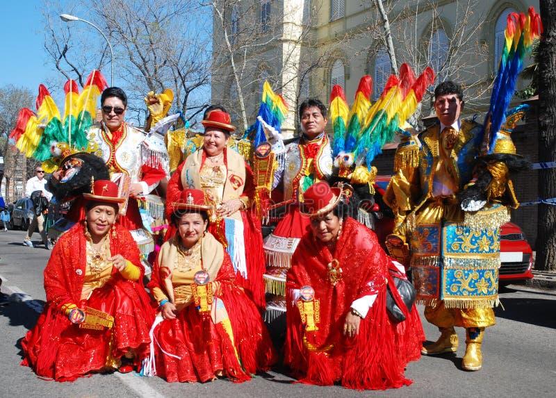 Madrid, Spanien, am 2. März 2019: Karnevalsparade, Mitglieder der bolivianischen Tanzgruppe, die mit traditionellen Kostümen aufw lizenzfreie stockbilder
