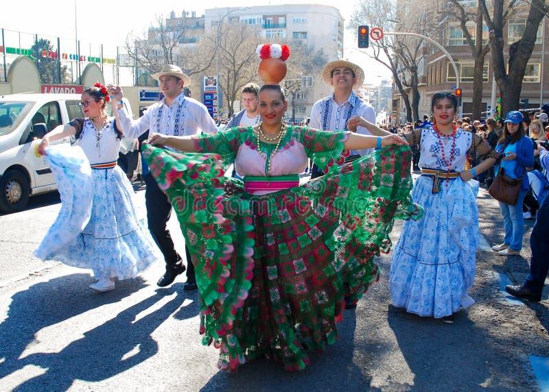 Madrid, Spanien, am 2. März 2019: Karnevalsparade, Mitglieder der paraguayischen Tanzgruppe, die mit traditionellem Kostüm durchf lizenzfreie stockbilder