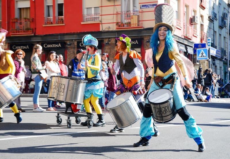 Madrid, Spanien, am 2. März 2019: Karnevalsparade, Mitglieder von Tabarilea Percusion spielend und Tanzen stockfotografie