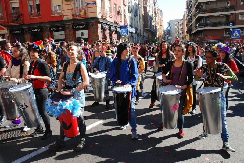 Madrid, Spanien, am 2. März 2019: Karnevalsparade, Mitglieder weiblicher spielender Percusions-Gruppe und Tanzen stockbild