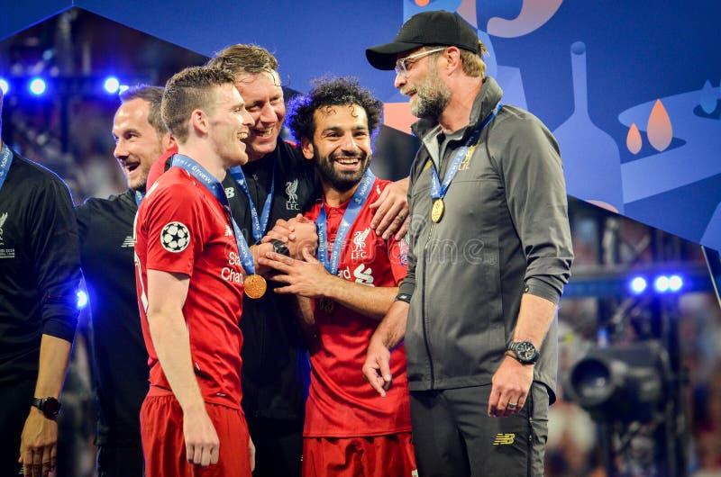Madrid, Spanien - 1. MAI 2019: Andrew Robertson und Jurgen Klopp feiern ihr Gewinnen des UEFA Champions League 2019 nach lizenzfreie stockfotografie