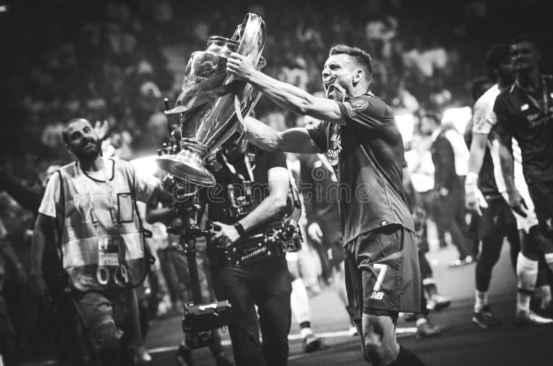 Madrid, Spanien - 1. MAI 2019: James Milner mit mit Cup feiern ihr Gewinnen des UEFA Champions League 2019 nach dem Schluss lizenzfreies stockbild