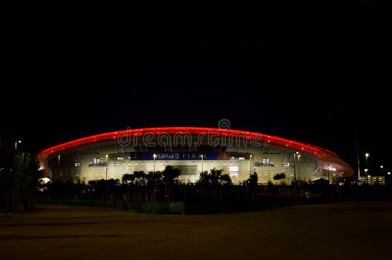 Madrid, Spanien - 01. MAI 2019: Wanda Metropolitano Stadion in der Nacht mit roter Farbe, Spanien stockbilder