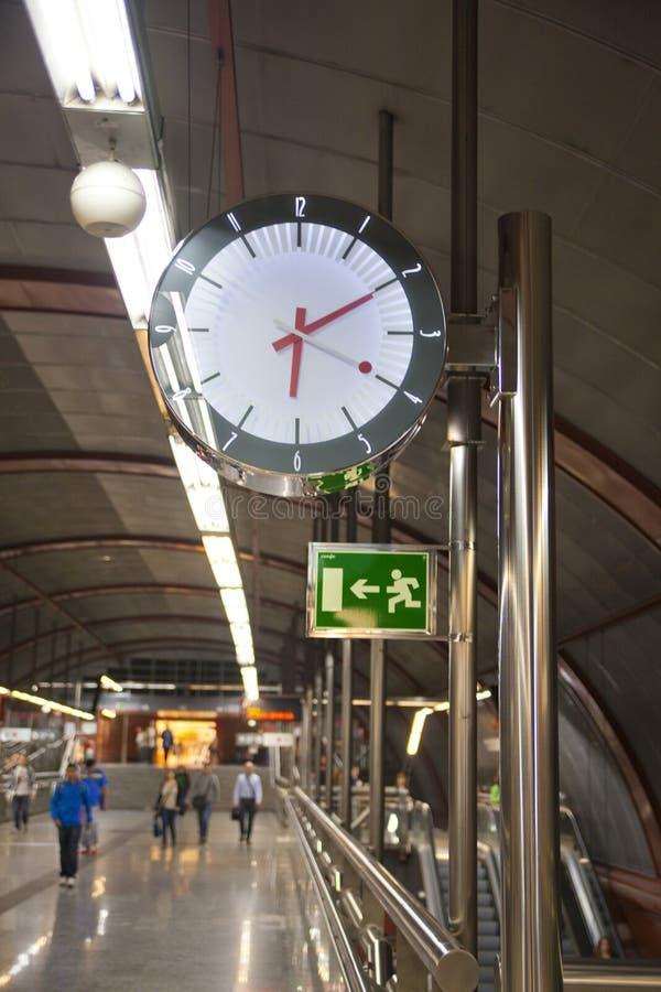 MADRID SPANIEN - MAJ 28, 2014: Klocka rör, underjordisk station arkivbilder