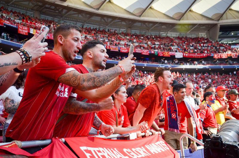 Madrid Spanien - 01 MAJ 2019: Liverpool fans i ställningarna stöttar laget under den UEFA Champions Leaguefinalmatchen 2019 royaltyfria foton