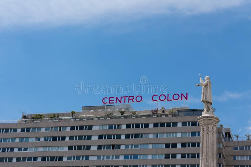 Madrid Spanien - Maj 21 2019: Staty av Colombus framme av centrokolonet i Madrid royaltyfri foto