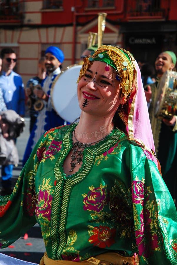 Madrid Spanien, mars 2nd 2019: Karnevalet ståtar, den arabiska gruppdansaren med traditionell dräktdans royaltyfria bilder