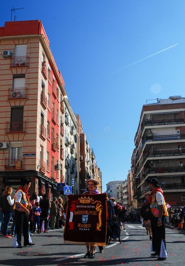 Madrid Spanien, mars 2nd 2019: Karnevalet ståtar, medlemmar av dansen för Raices delPeru anslutning med den traditionella peruans fotografering för bildbyråer