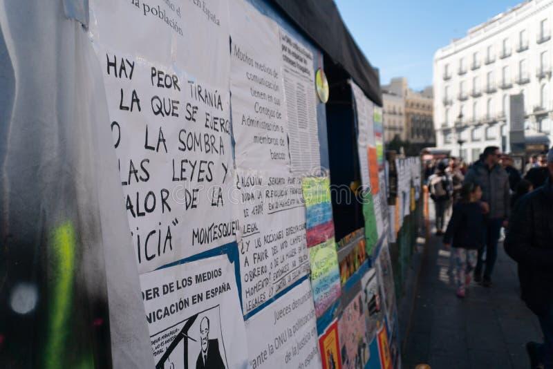 Madrid, Spanien - November 11,2017: Politische Protestplakate in Peurta Del Sol in Madrid, Spanien stockfoto
