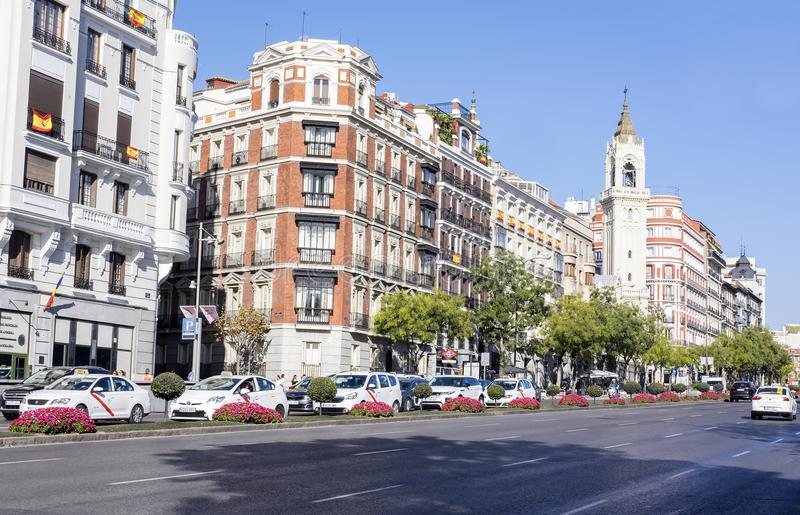Madrid, Spanien - 13. Oktober 2017: Beschäftigte Allee gefüllt mit Autos und Taxis auf Sunny Day lizenzfreie stockfotos