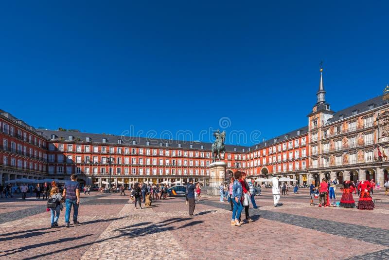 MADRID SPANIEN - SEPTEMBER 26, 2017: Buldingen av Plazaborgmästaren med statyn av konungen Philips III Kopiera utrymme för text arkivbilder