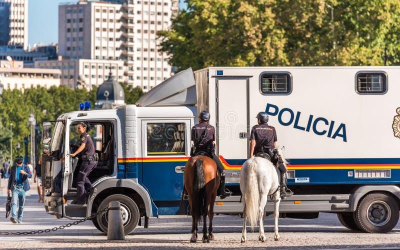 MADRID SPANIEN - SEPTEMBER 26, 2017: Den monterade polisen i mitten royaltyfri fotografi