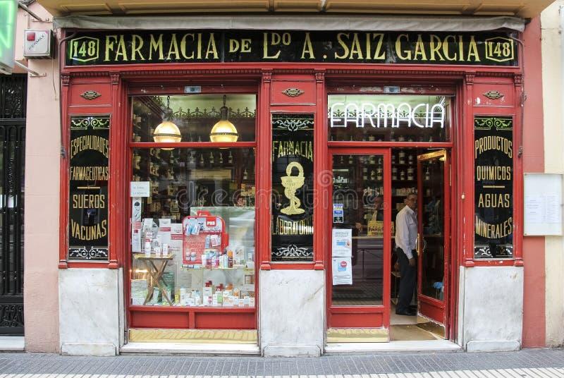 MADRID, SPANIEN - 19. SEPTEMBER 2014: Farmacia Antonio Saiz Garcia - Prototyp des berühmten Drugstores Farmacia Des Guardia stockfotos