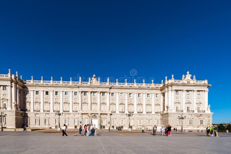 MADRID SPANIEN - SEPTEMBER 26, 2017: Sikt av den Royal Palace byggnaden Kopiera utrymme för text fotografering för bildbyråer