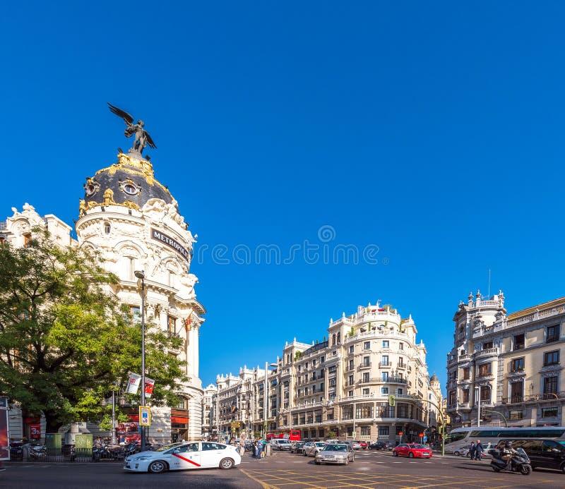 MADRID SPANIEN - SEPTEMBER 26, 2017: Sikt av metropolisbyggnad Kopiera utrymme för text royaltyfri fotografi