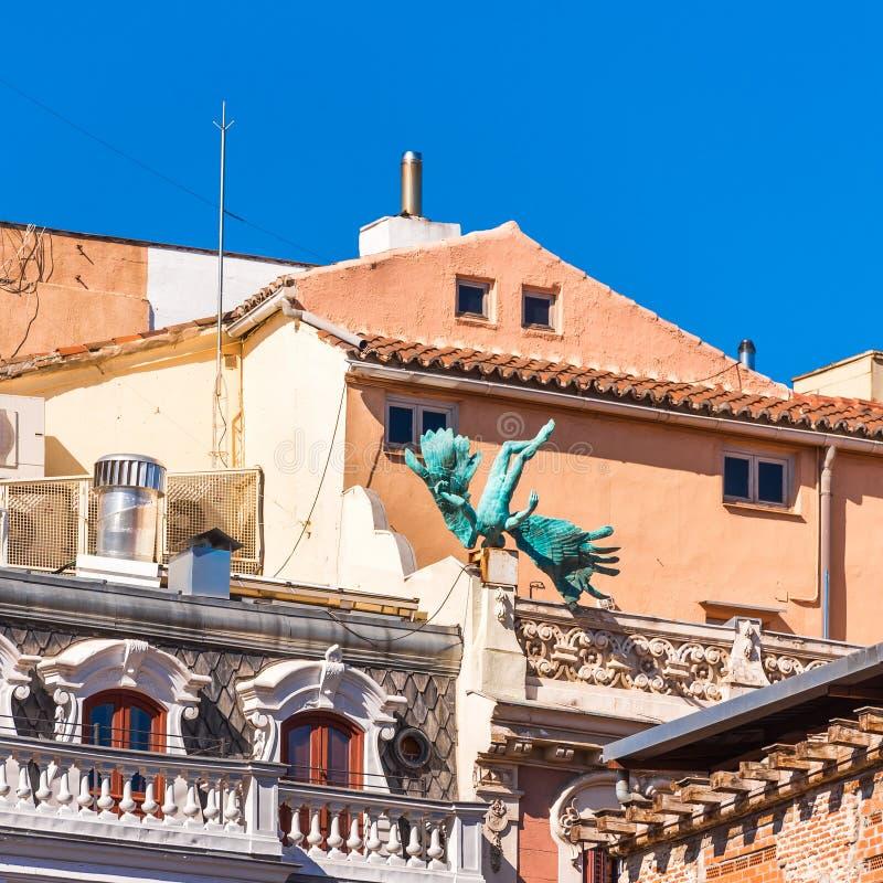 MADRID SPANIEN - SEPTEMBER 26, 2017: Skulptur av en stupad ängel royaltyfri foto