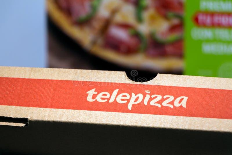 Madrid Spanien - SEPTEMBER 12, 2018: Spansk Telepizza pizzaask med den spanska Telepizza websiten på bakgrund Telepizza är en spa arkivbild