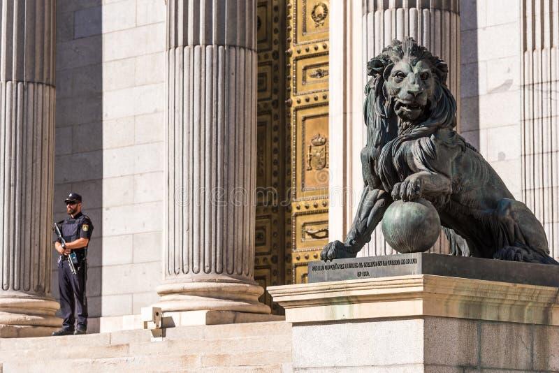 MADRID SPANIEN - SEPTEMBER 26, 2017: Staty av en lejonkongress av ersättare Kopiera utrymme för text arkivbild