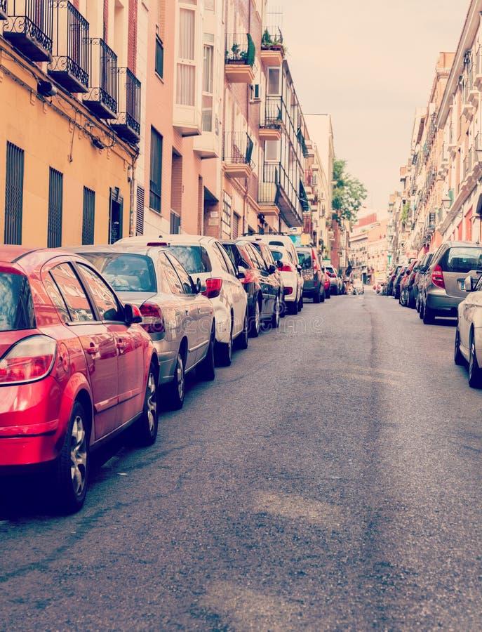 MADRID, SPANJE - APRIL 6: De oude smalle straat is overvol met geparkeerde auto's in Madrid, Spanje Het is oud centrum van hoofds royalty-vrije stock afbeelding