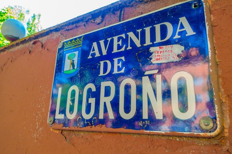 MADRID, SPANJE - 8 AUGUSTUS, 2015: Tekens van plaats, Logrono-weg in Spanje stock foto's