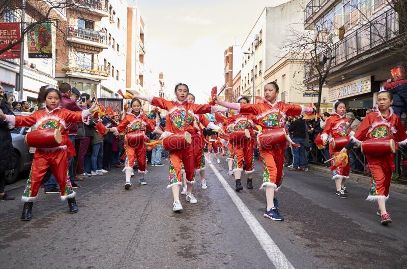 MADRID, SPANJE; 01 28 2017: CHINEES NIEUWJAAR 2017 OPTOCHT IN HET DISTRICT VAN USERA IN MADRID stock foto