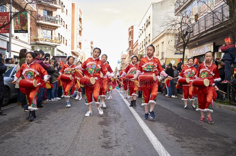 MADRID, SPANJE; 01 28 2017: CHINEES NIEUWJAAR 2017 OPTOCHT IN HET DISTRICT VAN USERA IN MADRID stock foto