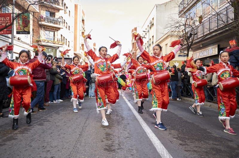 MADRID, SPANJE; 01 28 2017: CHINEES NIEUWJAAR 2017 OPTOCHT IN HET DISTRICT VAN USERA IN MADRID stock afbeelding
