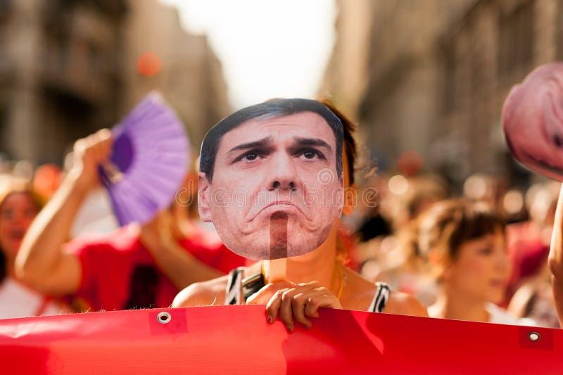Madrid, Spanje - 14 juli 2019: grappige dichte omhooggaande protesteerders maart in de stadscentrum van Madrid tegen socialistisc stock afbeeldingen