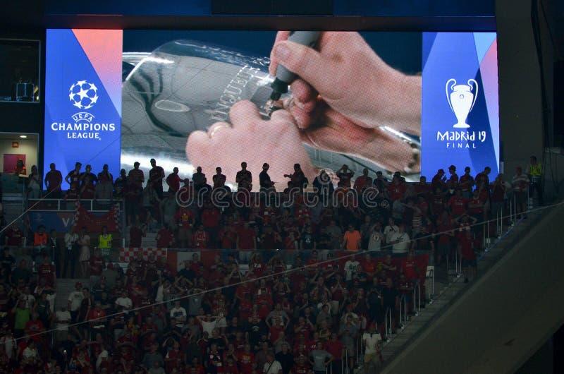 Madrid, Spanje - 01 MEI 2019: Bij de Kop van de Kampioenenliga graveer de naam van de winnaar Liverpool na het definitieve spel t royalty-vrije stock afbeelding