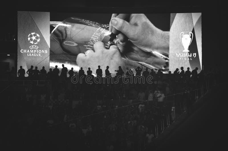 Madrid, Spanje - 01 MEI 2019: Bij de Kop van de Kampioenenliga graveer de naam van de winnaar Liverpool na het definitieve spel t royalty-vrije stock foto's