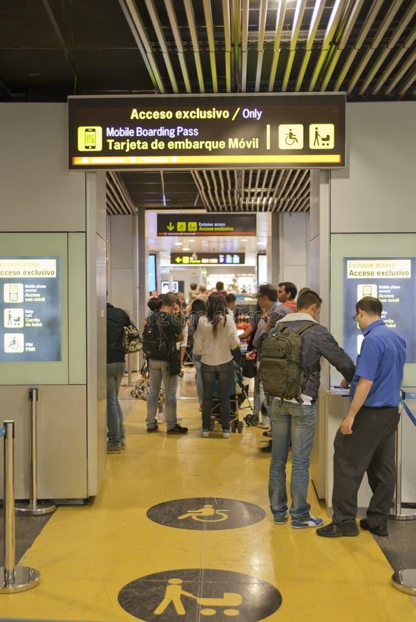 MADRID, SPANJE - MEI 28, 2014: Binnenland van de luchthaven van Madrid, vertrek wachtende aria stock afbeeldingen