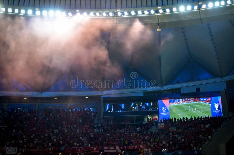 Madrid, Spanje - 01 MEI 2019: Mist in het stadion die de tribunes en het scorebord overzien tijdens de UEFA Champions Leaguegelij royalty-vrije stock fotografie