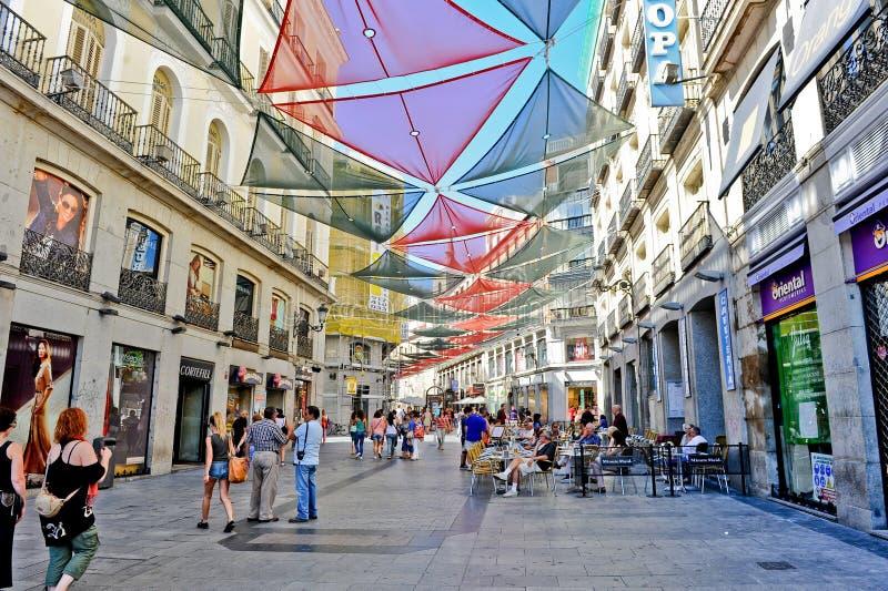 Madrid/Spanje - 07 23 2012: Mening over de bestrating van de binnenstad met grote kleurrijke zonbeschermers stock foto's