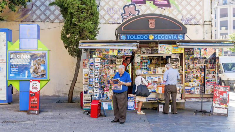 MADRID, SPANJE -11 SEPTEMBER, 2015: Straatkiosk met kranten, royalty-vrije stock afbeeldingen