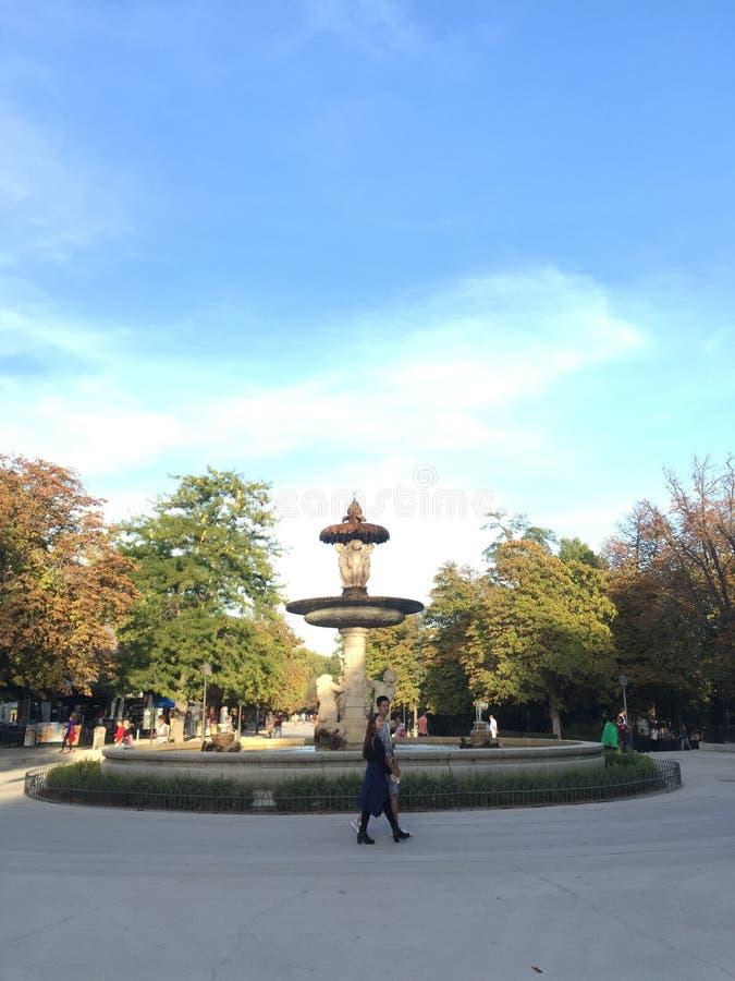 Madrid springbrunn i höst royaltyfria foton