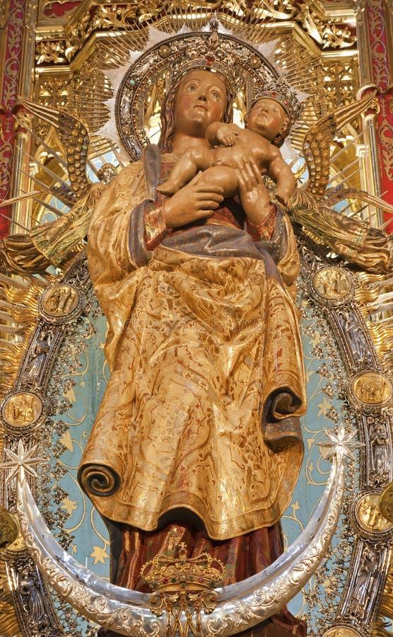 Madrid - statue de Madonna avec l'enfant de l'autel latéral de la cathédrale d'Almudena images libres de droits