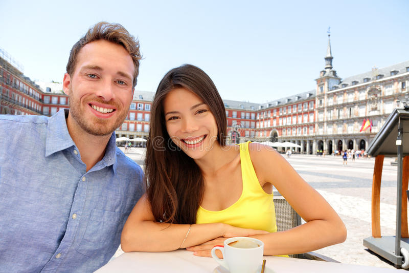 Madrid-Touristen an trinkendem selfie Kaffee des Cafés stockfoto