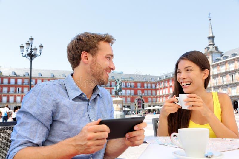 Madrid turister på kafét som dricker kaffe som har gyckel royaltyfria bilder